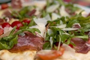 Pizza mit echter Mozzarella und frischem Rucola ohne Glutamat aus unserer Frischetheke